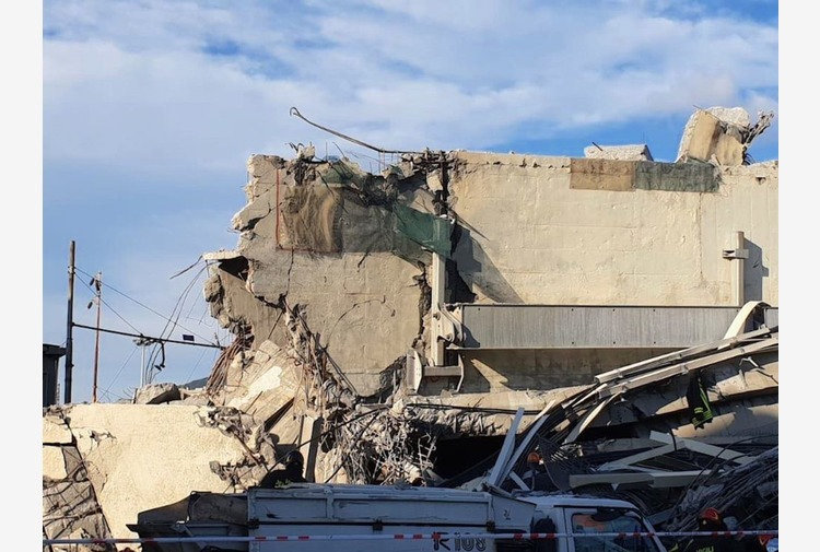 """Genova, le famiglie delle vittime del Ponte Morandi: """"Autostrade spa lucra ancora"""""""