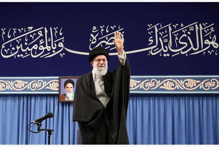Twitter sospende account di Khamenei dopo le minacce a Trump