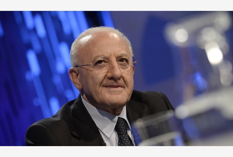 """Discorso di Conte 'a tavolino', De Luca: """"Aspettavamo Casalino con il grembiulino"""""""