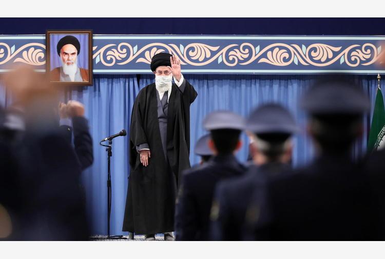 Nucleare: Khamenei, Iran non farà marcia indietro su accordo