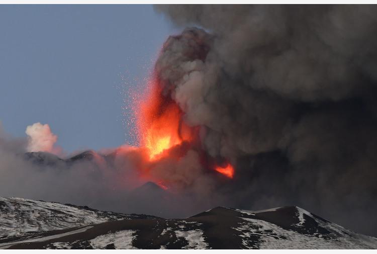 Etna: Catania coperta da cenere lavica, ma aeroporto riapre