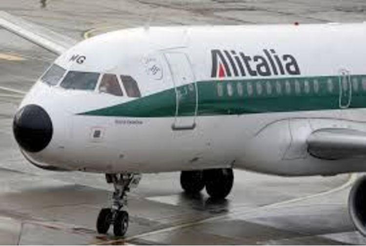 Alitalia, slitta a inizio marzo pagamento stipendi febbraio