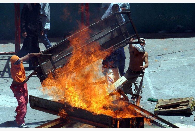 Ecuador: rivolte in tre carceri, oltre 50 morti