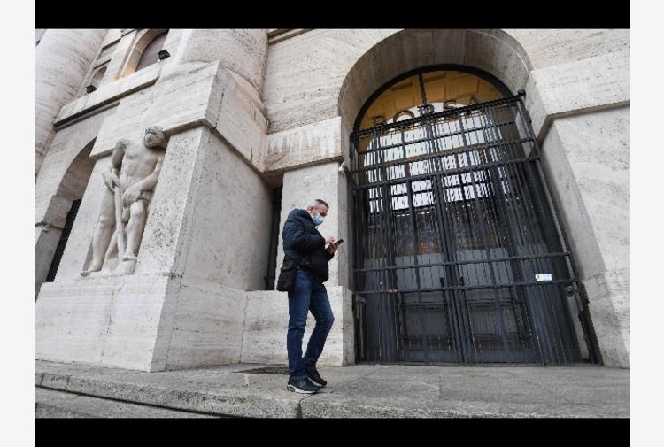 Borsa: Milano contiene le perdite, brilla Atlantia, giù Stm