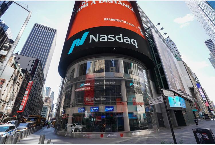 Borsa:fuga dai tecnologici a Ny, Apple -4,74%, Google -2,39%