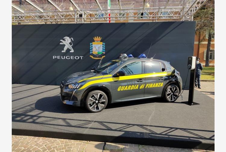 Peugeot e-208 100% elettrica veste la livrea della Guardia di Finanza