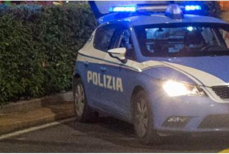Milano, aggredisce passanti e polizia con coltello: ucciso