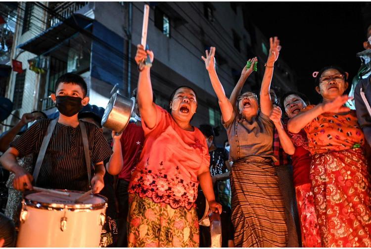 Birmania: scontri tra sostenitori militari e oppositori