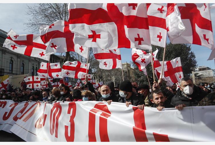 Georgia: migliaia tornano in piazza, 'elezioni subito'