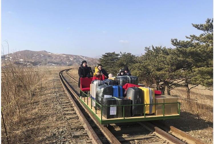 Diplomatici russi via da Corea Nord su carrello ferroviario