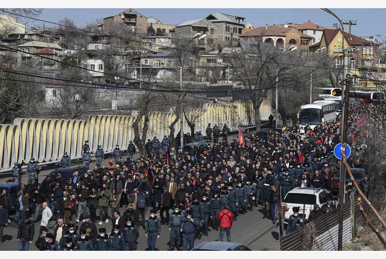 Armenia: migliaia di oppositori di nuovo in piazza a Erevan