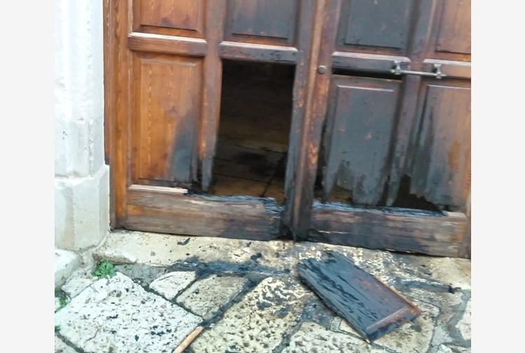 Incendiato il portone di casa del sindaco di Trani