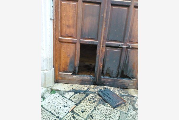 """Bruciato il portone del sindaco di Trani: """"Intimidazione"""""""