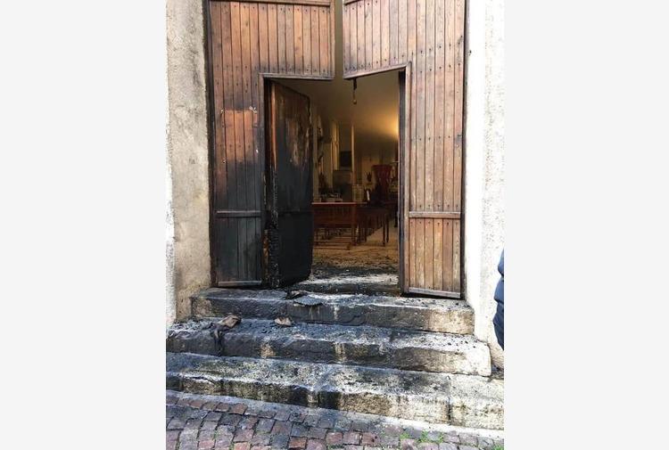 Incendiato portone di una chiesa a Corleone nel giorno del santo patrono