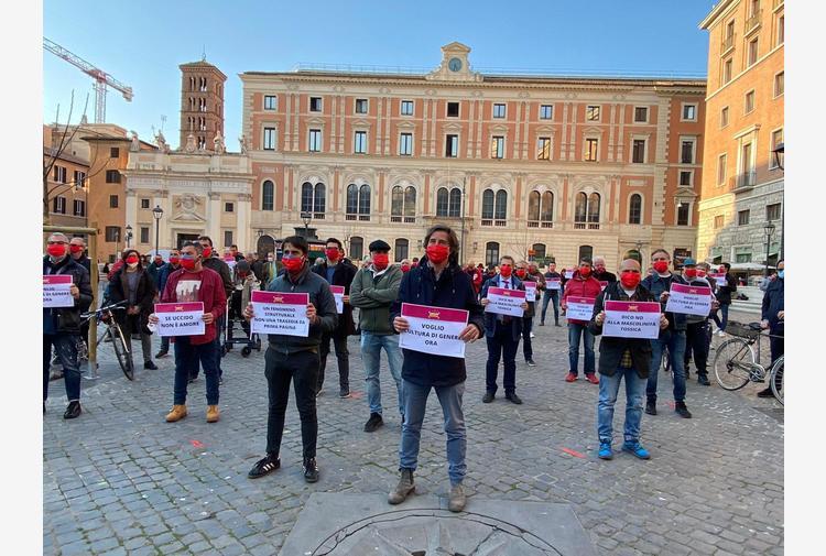 Violenza donne: flash mob a Roma,uomini con mascherine rosse