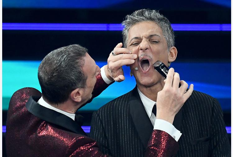 Sanremo: Amadeus taglia i baffetti a Fiorello