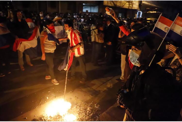 Covid: proteste anti governo in Paraguay, scontri e feriti