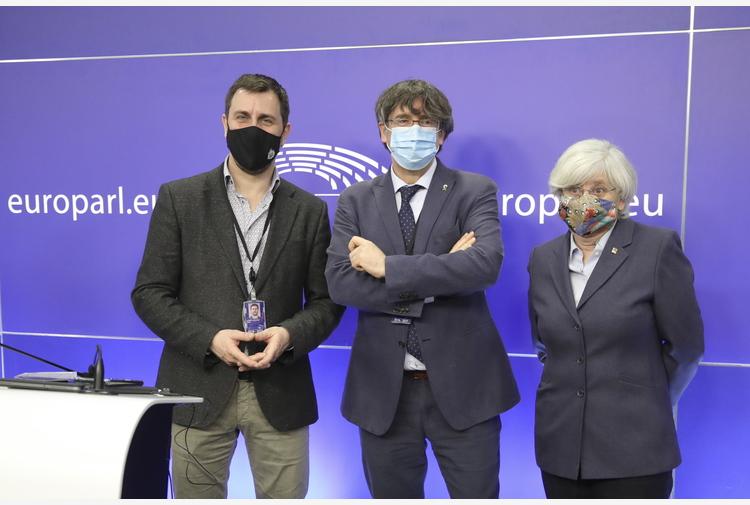 Il Parlamento europeo revoca l'immunità a Puigdemont