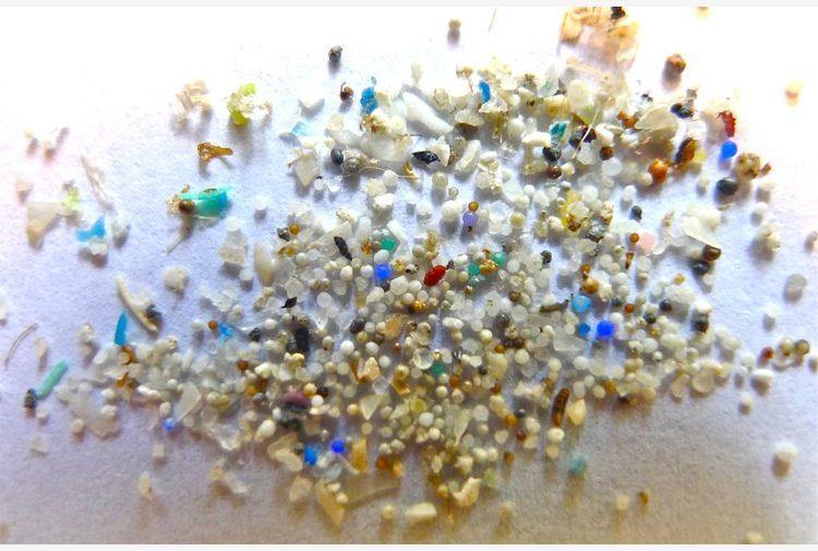 Microplastiche, il vento le trasporta anche nelle acque più remote