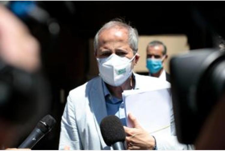 AstraZeneca, Crisanti: 'Trombosi? Aereo 100 volte più rischioso'