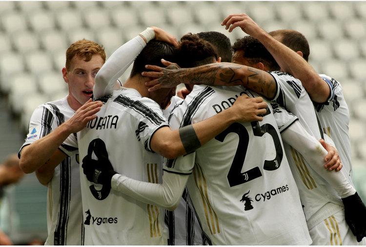 Tris della Juventus al Genoa, vincono Napoli e Lazio