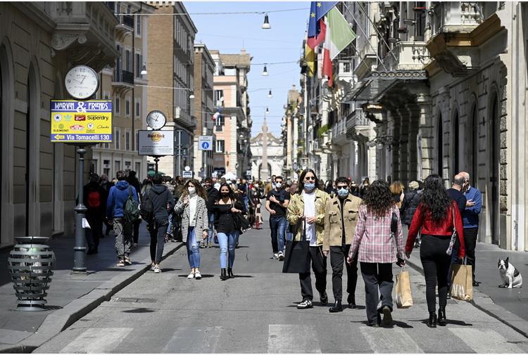 Covid: affollato il centro Roma, in molti a passeggio