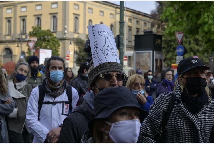 Covid: in centinaia in centro a Bergamo, pandemia è fesseria