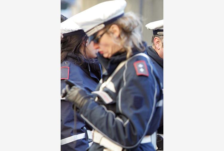 Cade da monopattino e batte la testa, grave donna a Firenze