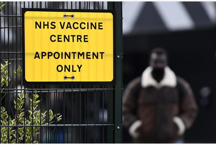 Vaccini: Gb a quota 42,8 mln, solo 10 morti e 1.800 contagi