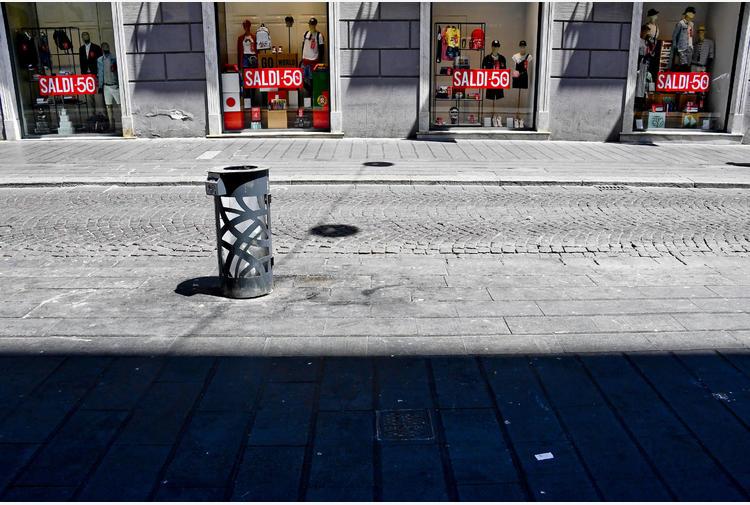 Napoli: vetrine accese,pochi clienti. C'è tendenza risparmio