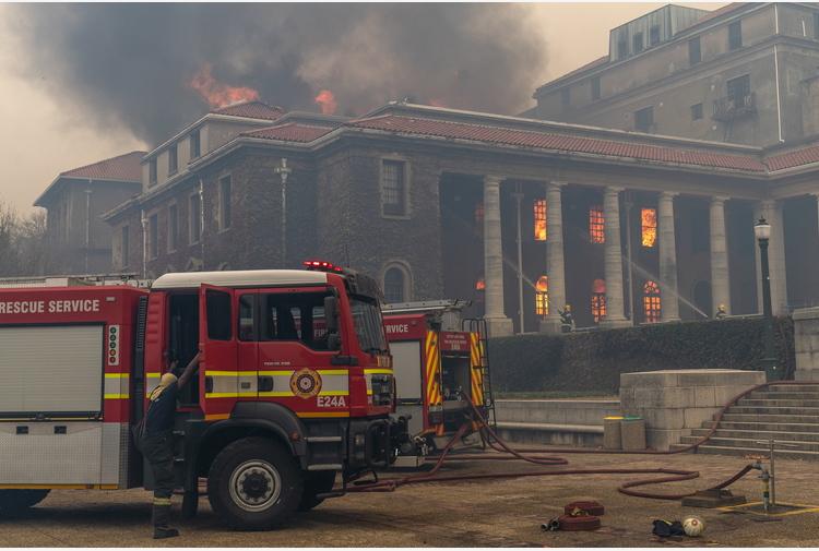 Sudafrica, a Città del Capo si lotta contro le fiamme