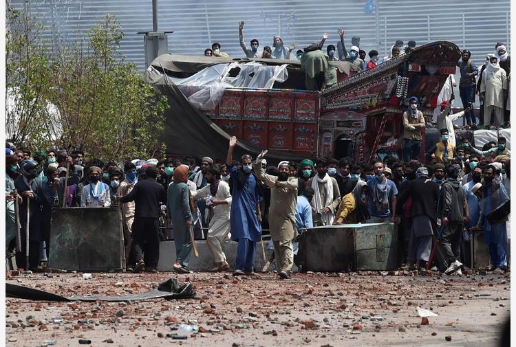 Pakistan, rilasciati 11 poliziotti ostaggio degli islamisti