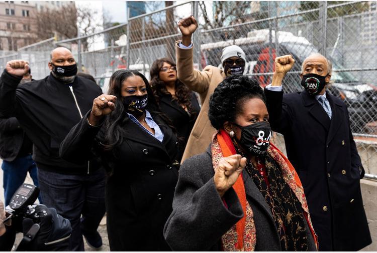 Floyd, centinaia di manifestanti davanti al tribunale