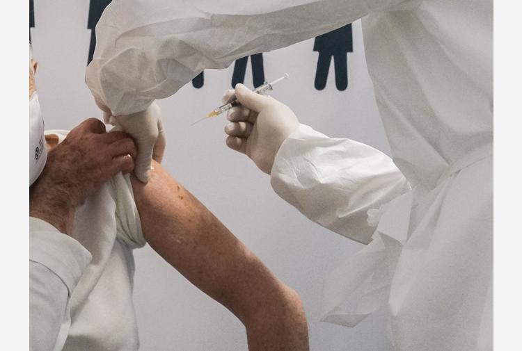 Vaccini: da Simit documento su immunizzazioni adulti fragili 'oltre il Covid'