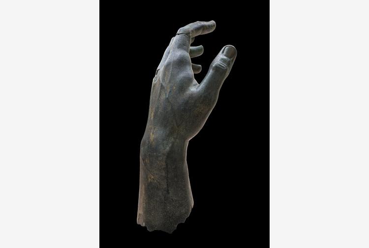 Capitolini, ricomposta mano colosso bronzeo Costantino