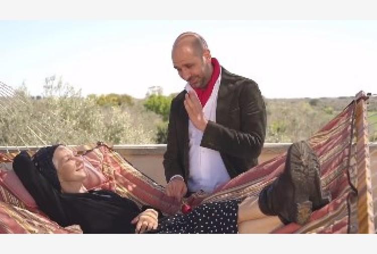 Zalone canta 'La Vacinada' con Mirren, immunità con ironia