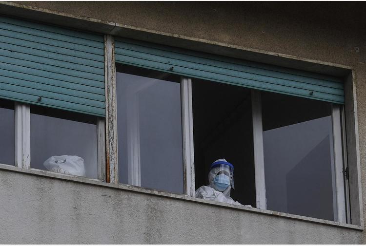 'No a vetri, plexiglass o plastiche divisorie', 'tute anti-contagio siano forniti gratis da Regione o Asl'