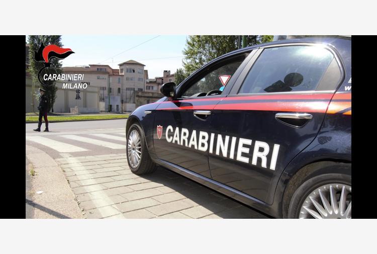 Barricato in casa in Brianza, spara 3 colpi pistola