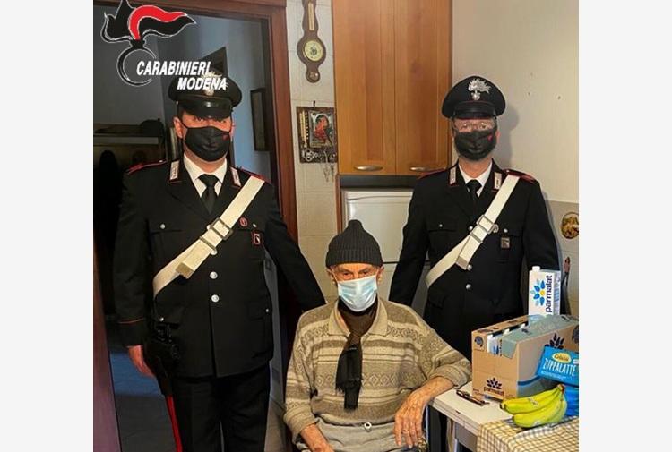 Nonno 93enne chiama i Carabinieri, che gli portano la spesa e un po' di compagnia