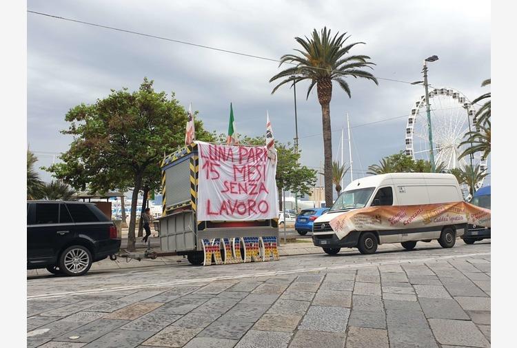 Ambulanti e giostrai di nuovo in piazza a Cagliari, bloccato il traffico in via Roma