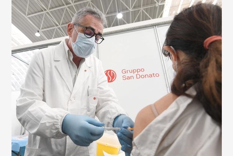 Vaccini: Pregliasco in hub Novegro, proteggiamo noi stessi