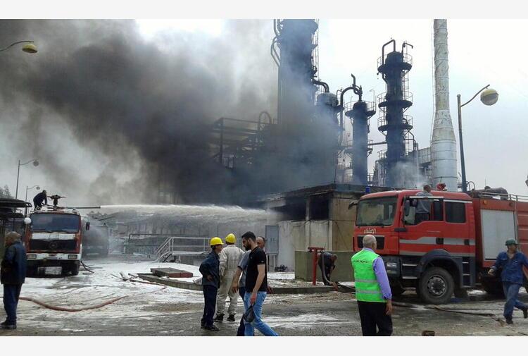 Siria: enorme incendio in una raffineria di petrolio a Homs