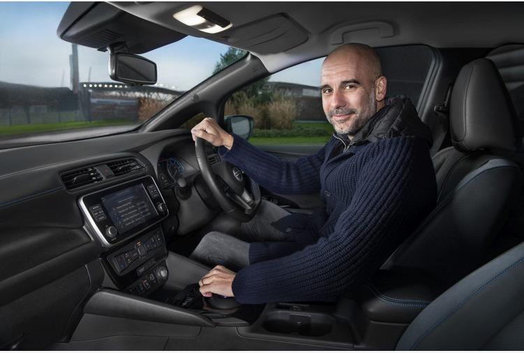 Guardiola al volante di Nissan Leaf per futuro sostenibile