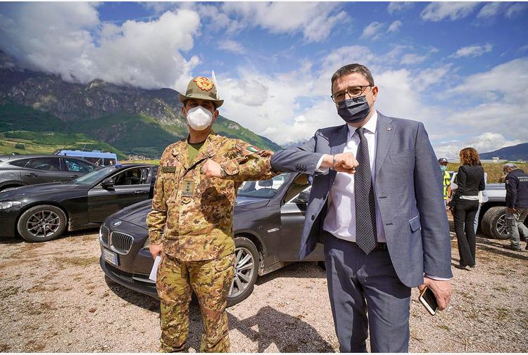 Vaccino, il generale Figliuolo in visita ai drive through di Trento Sud