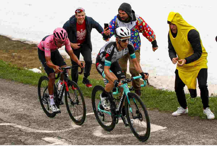Yates vince la 19^ tappa del Giro, Bernal resiste in rosa