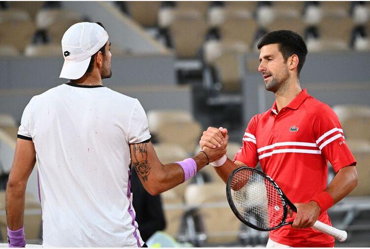 Djokovic, un urlo nel silenzio. Berrettini sconfitto ma promosso