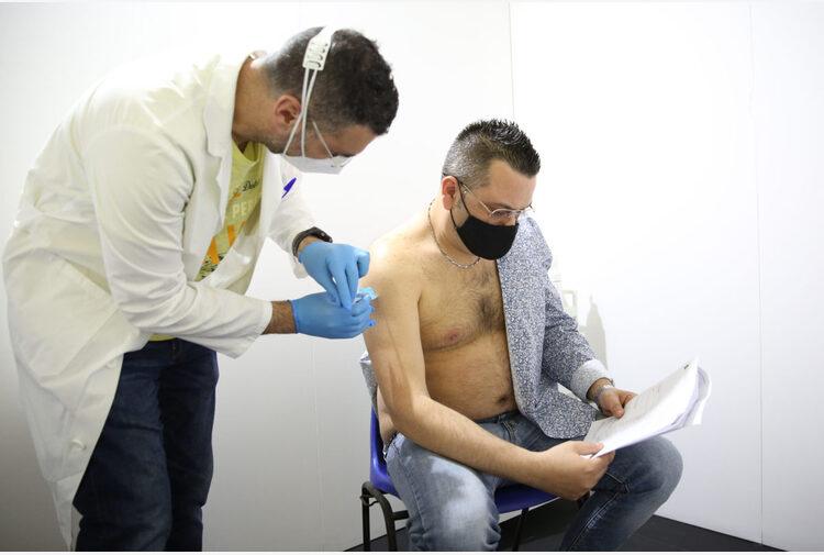 A Torino i famigliari dei lavoratori pagavano il vaccino 'per errore'