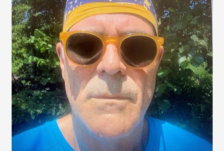 Zangrillo e il selfie all'aperto: bandana sì, mascherina no