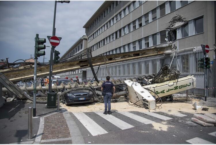 Trivella di 10 metri cade su palazzo a Milano, nessun ferito
