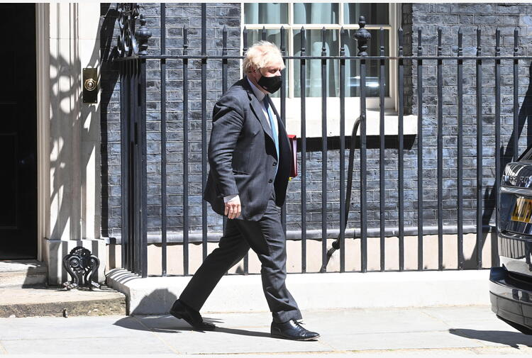 Johnson dice basta a mascherina obbligatoria e distanza